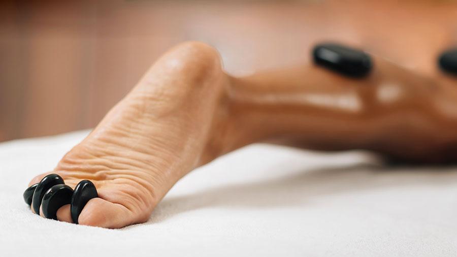massaggio-pietre-calde-piedi